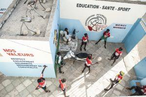 29/10/2014. Dakar. Senegal. Maison du Rugby. Les enfants jouent dan la cours avant de commencer l'entrainement de rugby. ©Sylvain Cherkaoui/Cosmos pour les Apprentis d'Auteuil