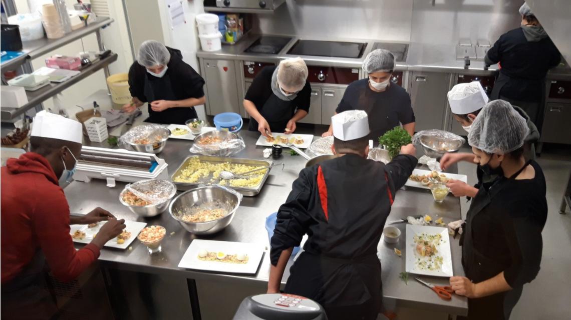 Les jeunes apprentis en cuisine viennent en aide aux sans-abris.