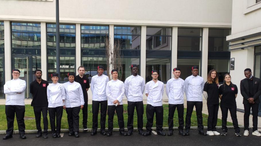 Photo de groupe des stagiaires de La Salle à Manger, en tenues professionnelles.